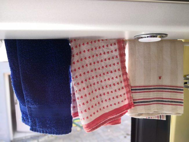 Geschirrtücher hängen über der Küchenzeile