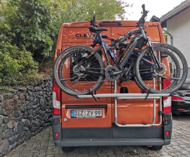 Fahrradträger Fiamma Carry Bike Ducato Frame, beladen mit zwei E-Bikes.