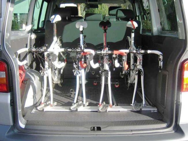 Vier Fahrräder lassen sich auf dem Radstand verstauen