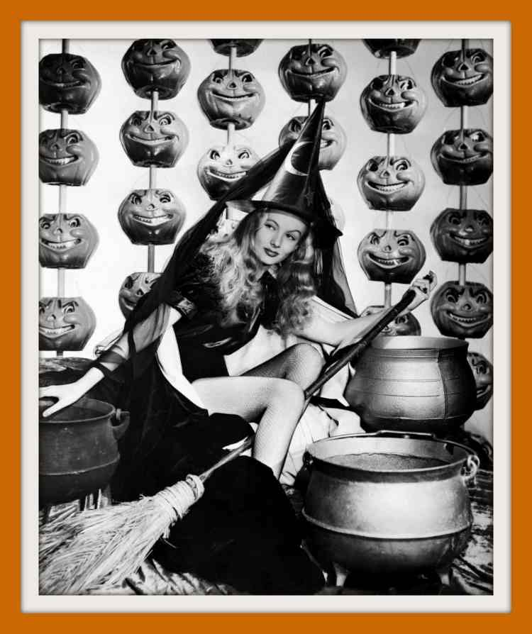 Vintage Halloween pin-up girls form the 30s and 40s (4)