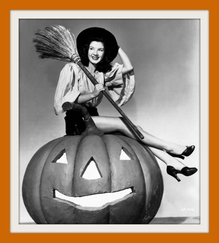 Vintage Halloween pinup girls (1)