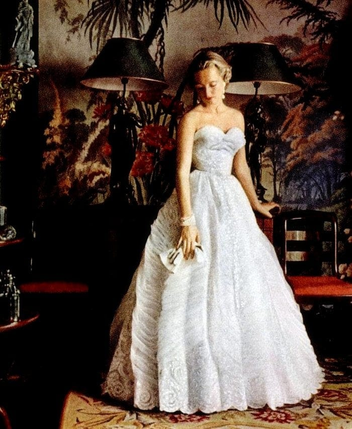 White lace and tulle traditional evening dress from Pierre Balmain - 1953