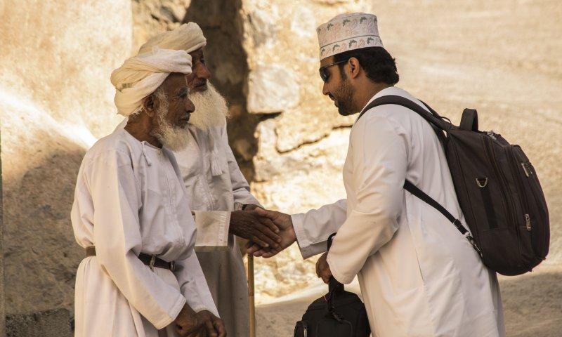 Adil saluta i vecchi del villaggio a Misfat in Oman