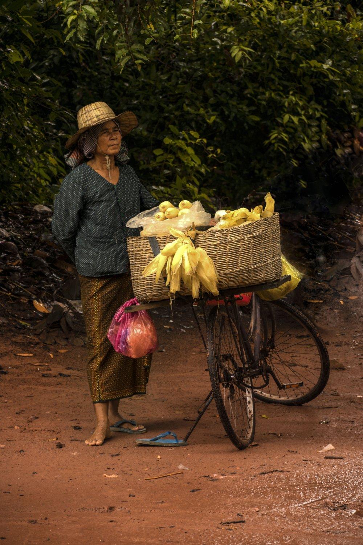 Cambogia venditrice di pannocchie nei pressi di Angkor