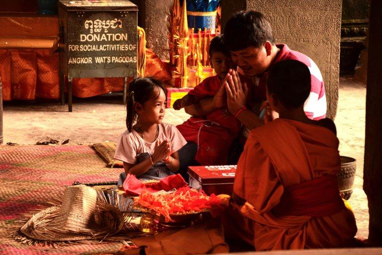 Visitare Angkor: famiglia in preghiera ad Angkor Wat