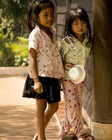 Visitare Angkor: bambine cambogiane