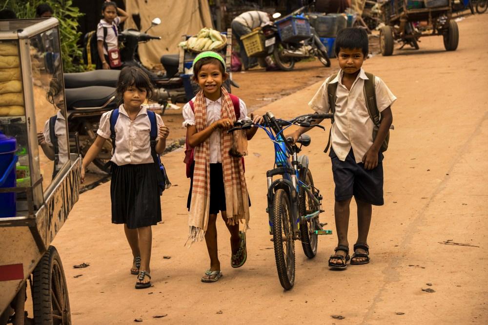 Studenti cambogiani dopo le lezioni