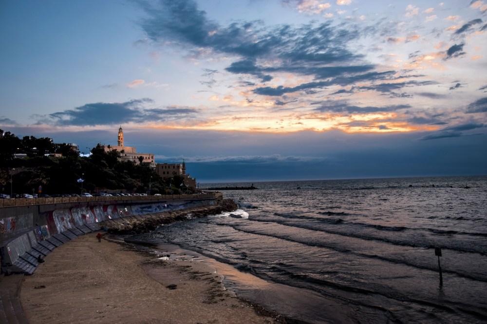 Tel Aviv: vista di Old Jaffa dalla spiaggia