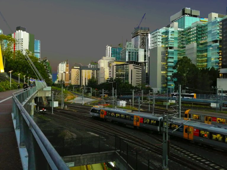 La stazione di Albert Street si staglia sul bellissimo fondale di skyline