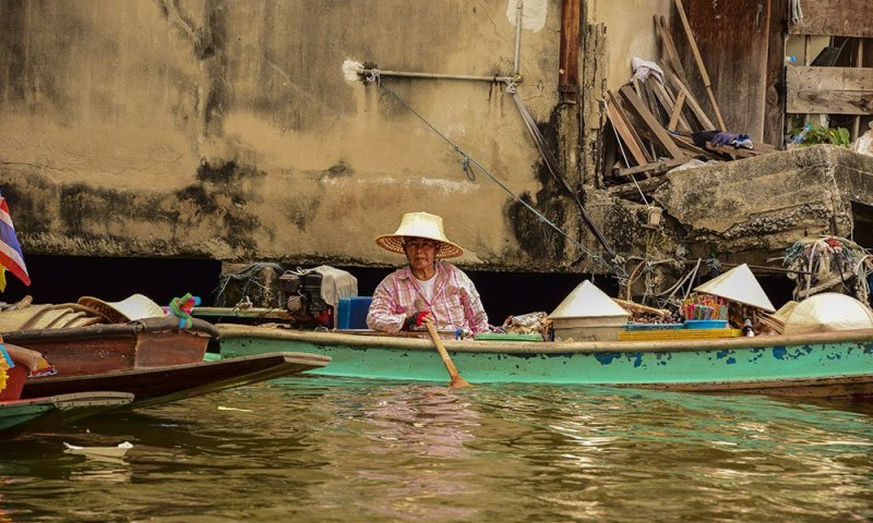 Un venditore sulla sua barca a Thonburi, Bangkok