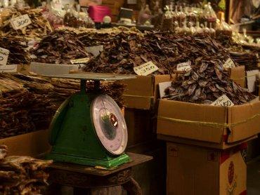Bangkok mercato del pesce dettaglio di una bilancia per pesare la merce