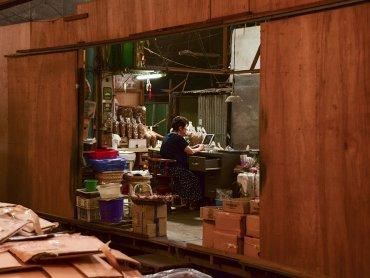 Bangkok una venditrice al mercato locale del pesce