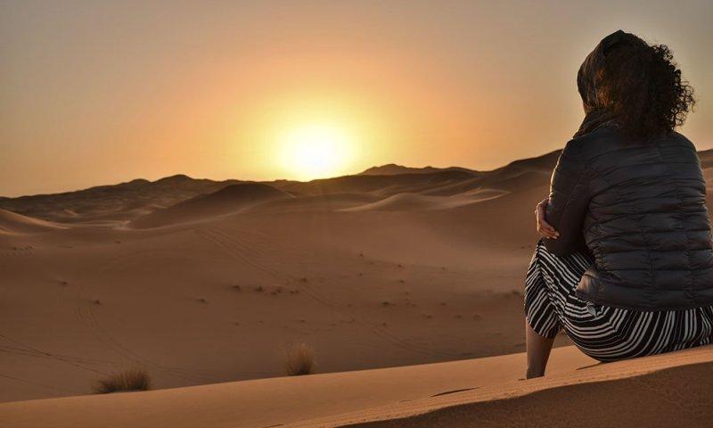 Marocco Rossana Ammira il Tramonto nel Deserto di Merzouga
