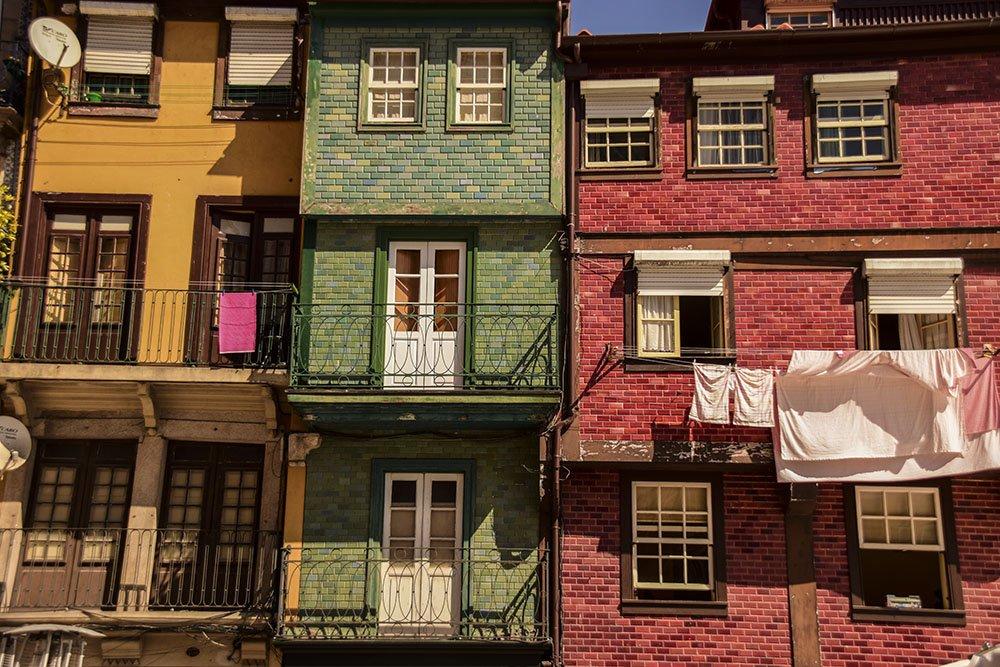 Porto Ribeira: facciate delle case tipiche