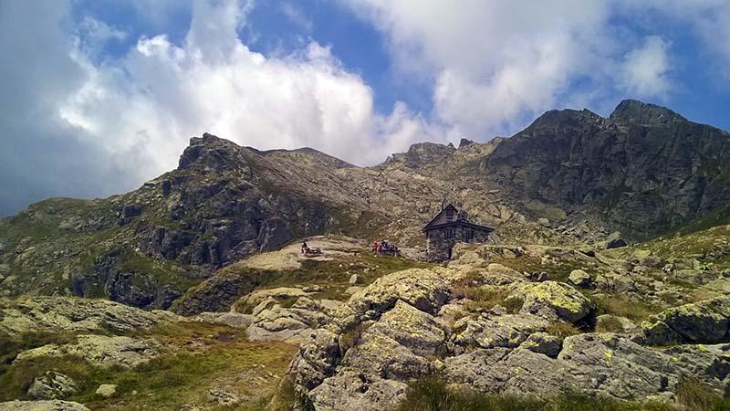 Il rifugio sorge isolato fra il paesaggio roccioso