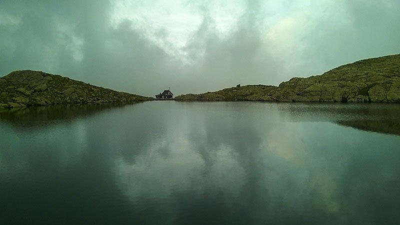 Il rifugio visto dalla sponda opposta del lago Piazzotti