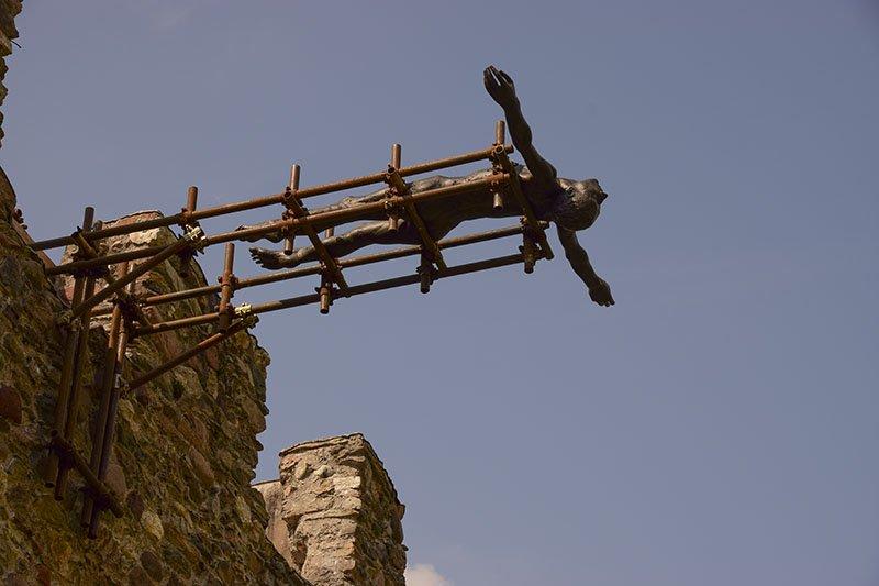 Una scultura di Lois Anvidalfarei all'ingresso del Castello di Pergine
