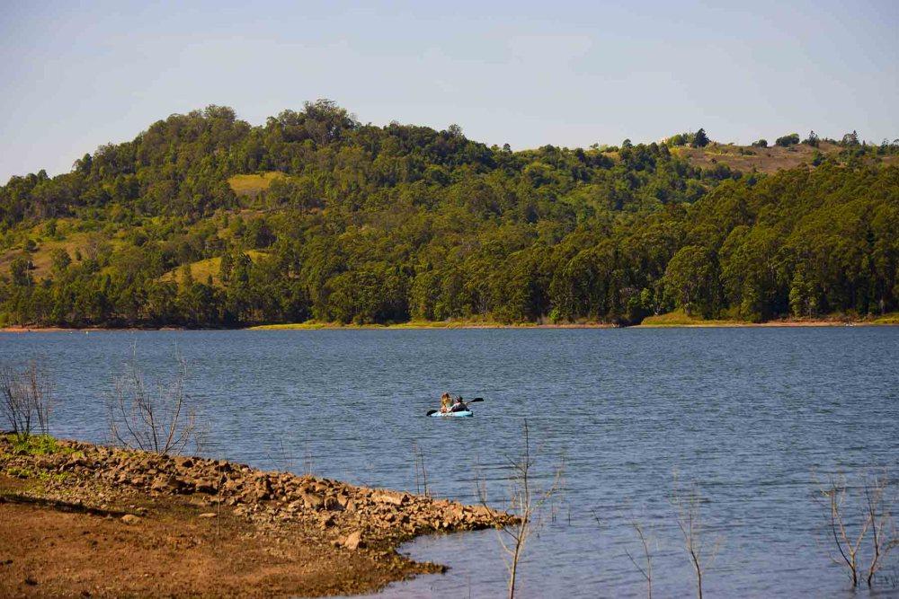 Kayak sulle acque di Lake Baroon