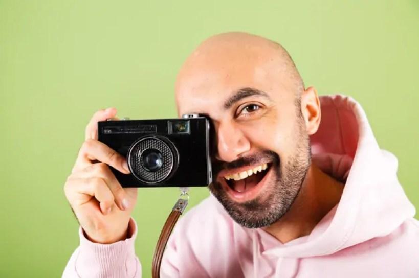promover suas fotos e ganhar dinheiro, homem com câmera