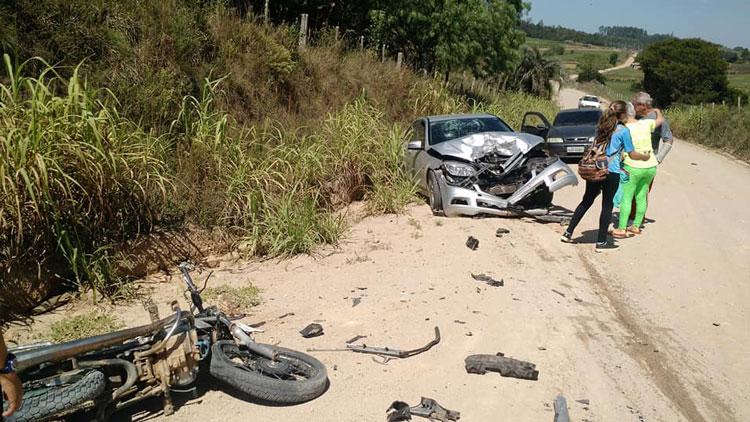 Menor fica ferido ao colidir de moto contra um carro em Garambéu