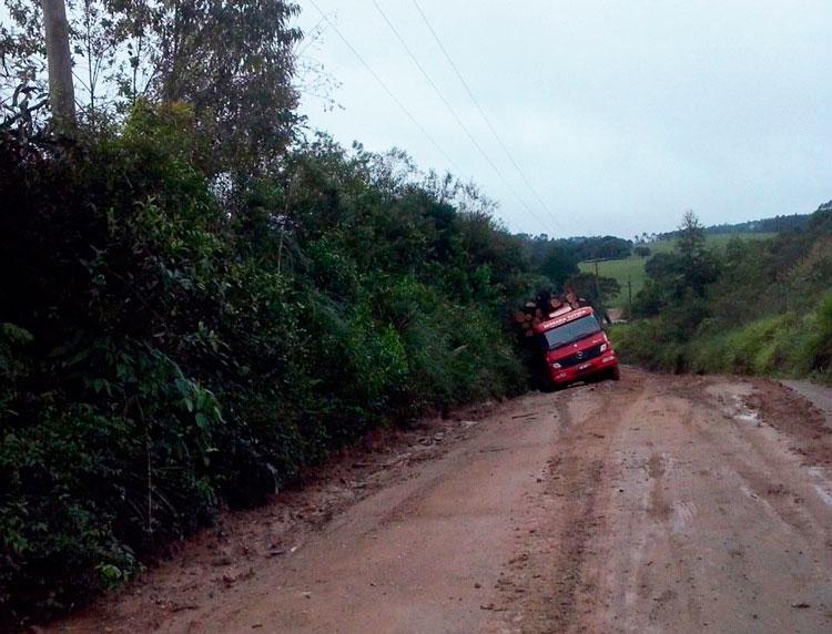 Caminhões atolam e interrompem parcialmente o trânsito em Garambéu