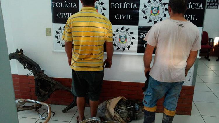 Polícia prende dupla por furto de moto em Mariana Pimentel