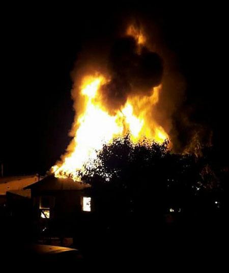 Família tem casa destruída por incêndio em Tapes