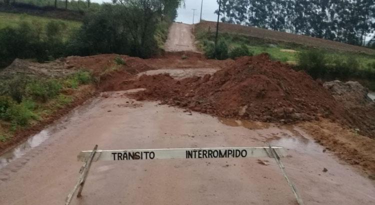 Chuva causa estrago nas estrada e interrompe passagem no Tiririca