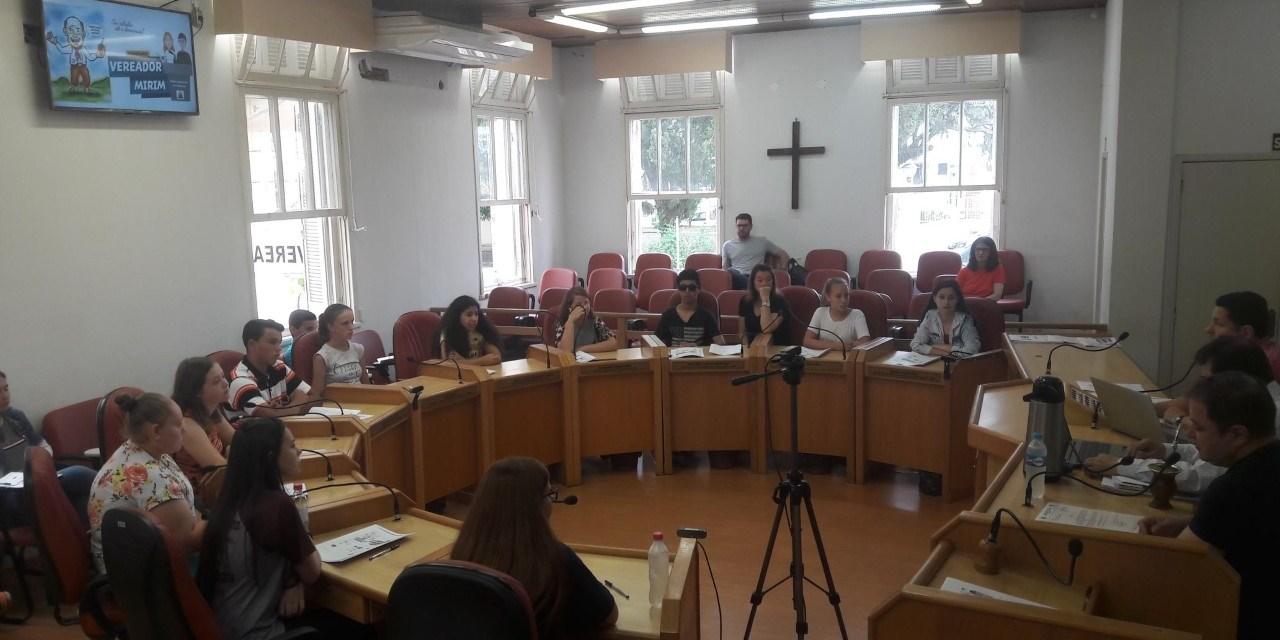 Primeira reunião com grupo de alunos que compõe a Câmara Mirim é realizada pelo Legislativo