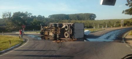 Caminhão baú tomba no trevo de acesso a Tapes