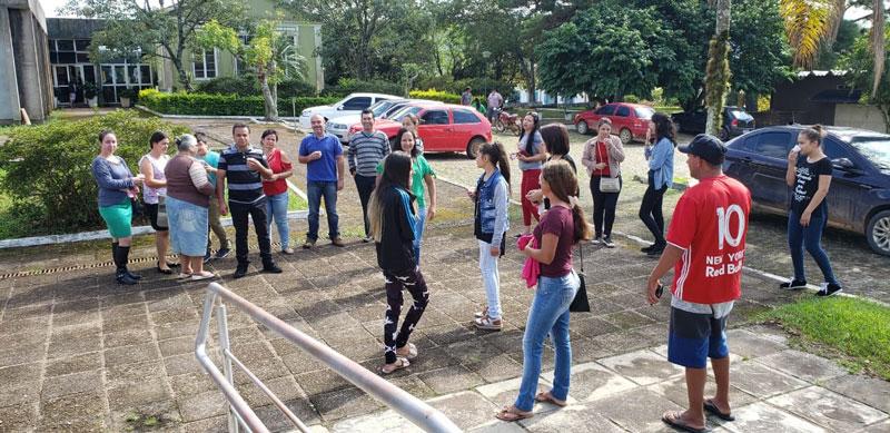 Moradores cobram informações do prefeito sobre o início das aulas em Mariana Pimentel