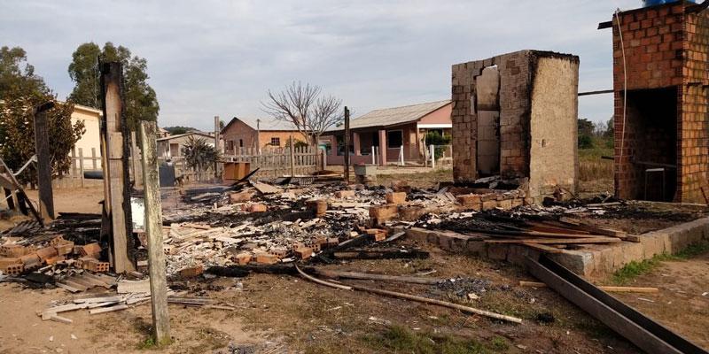 Família de Garambéu perde a casa em incêndio