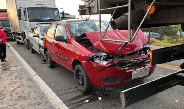 Engavetamento com cinco veículos deixa feridos na BR-116, em Camaquã