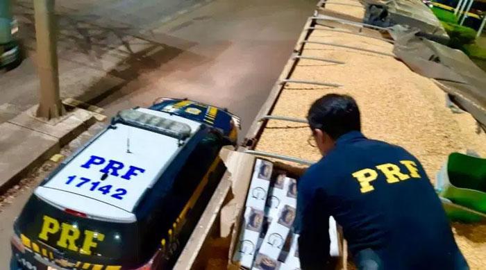PRF apreende carreta com mais de 300 mil maços de cigarro escondidos em carga de milho
