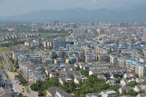 市街地の新しい風景。都市化と共に建築物の大規模化・高彩度化が進みつつある。