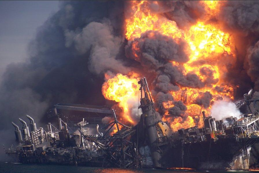 deepwater_horizon_sinks_NYTimes_26dec10
