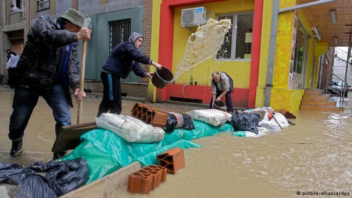 """Kampf gegen die Fluten Unzählige Sandsäcke wurden aufgetürmt, um die Wassermassen zurückzuhalten. """"Was uns widerfährt, geschieht nur einmal in tausend Jahren, nicht hundert, sondern tausend"""", sagte der serbische Ministerpräsident Aleksandar Vucic."""