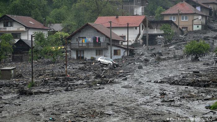 Schlamm statt Straßen Nach tagelangem Regen sind mancherorts Schlammlawinen über Häuser und Straßen hinweggerollt - wie hier im bosnischen Topcic Polje. Etliche Orte sind von der Außenwelt weitgehend abgeschnitten. Anderswo steigt die Gefahr von Erdrutschen.
