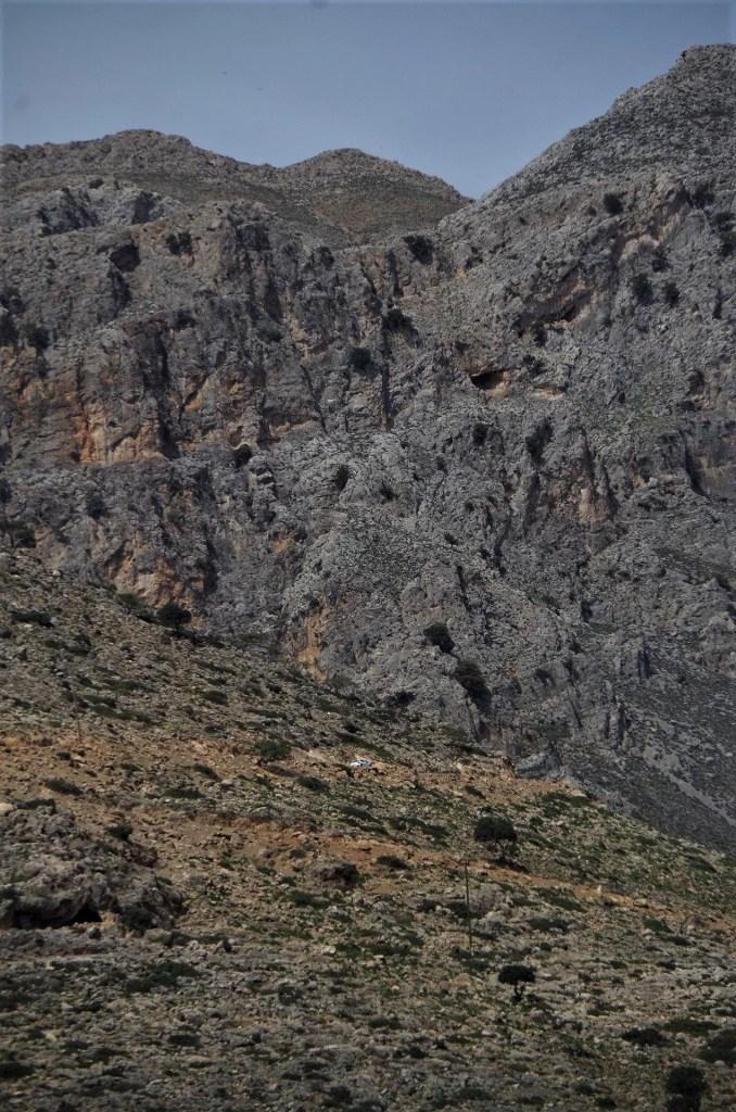 Droga do i z miejscowości Agios Ioanis przez górę