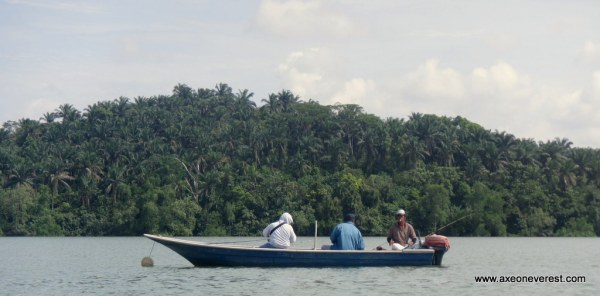 Lots of friendly fishermen from the nearby villages.