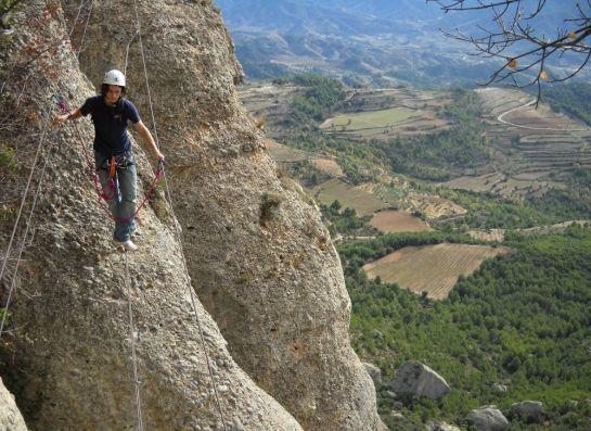 suspendu devant la Serra de Monsant