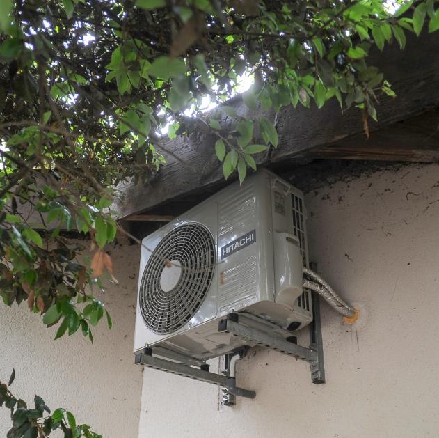 Installation discrète d'un bloc de climatisation