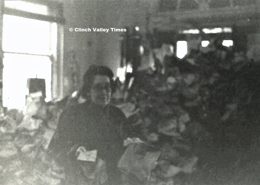 NimoFilm_6851 Dante Christmas treat distribution - Elaine Steele