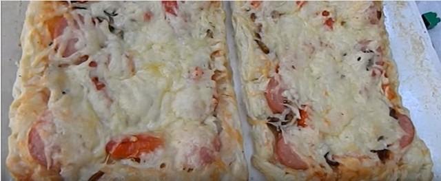 Hausgemachtes Pizzarezept im Ofen mit Foto