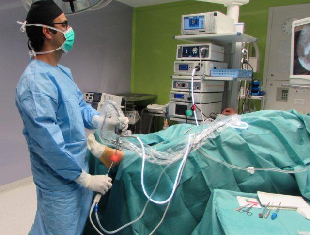 Dr. Bernáldez realizando una Artroscopia de Tobillo