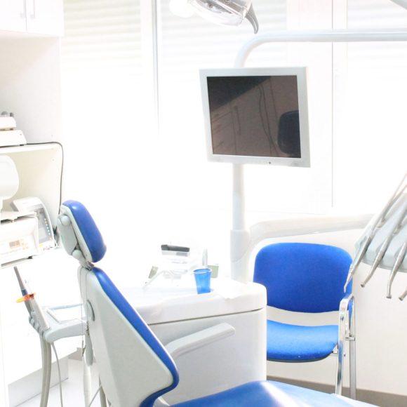 La caries dental se soluciona con un empaste dental .