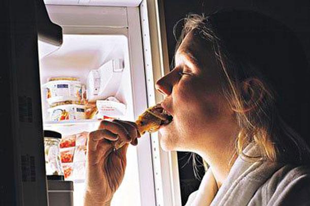 Al dormir poco la hormona que controla el apetito se ve afectada y provoca un mayor estrés emocional, lo que a su vez hace que aumenten las ganas de comer para compensar la falta de energía.