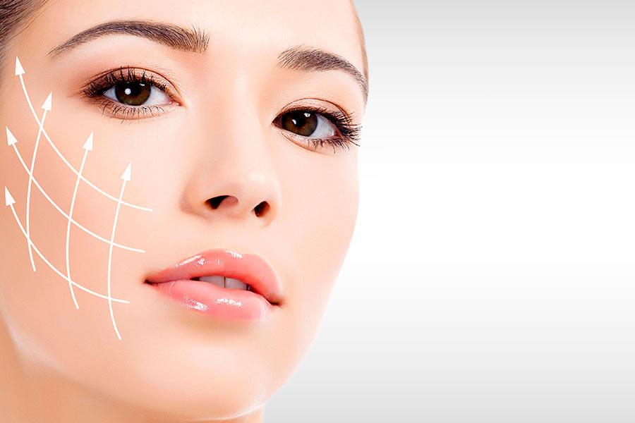 Mujer con la cara elevada tras someterse a una bichectomía