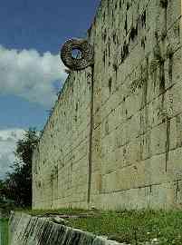 Juego de pelota (Fuente: A. Ciudad, Los mayas, col. biblioteca iberoamericana, Anaya, Madrid, 1988. p. 118)