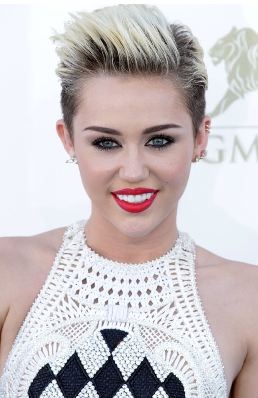 miley-cyrus-2013-billboard-music-awards-01